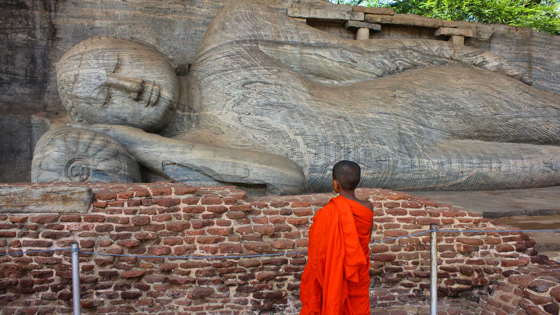 Child-Monk-Viewing-Giant-Reclining-Buddha,-Sri-Lanka