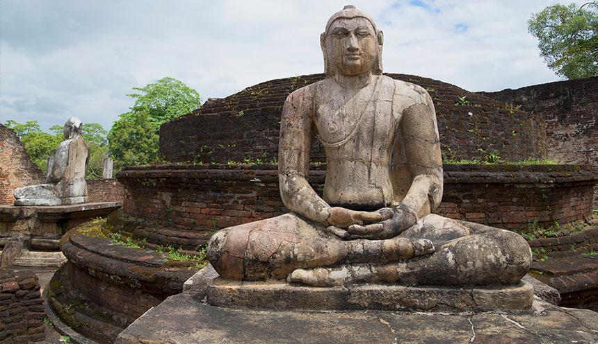 Sculpture-of-a-seated-Buddha-at-the-ruins-of-the-Vatadage,-Polonnaruwa,-Sri-Lanka
