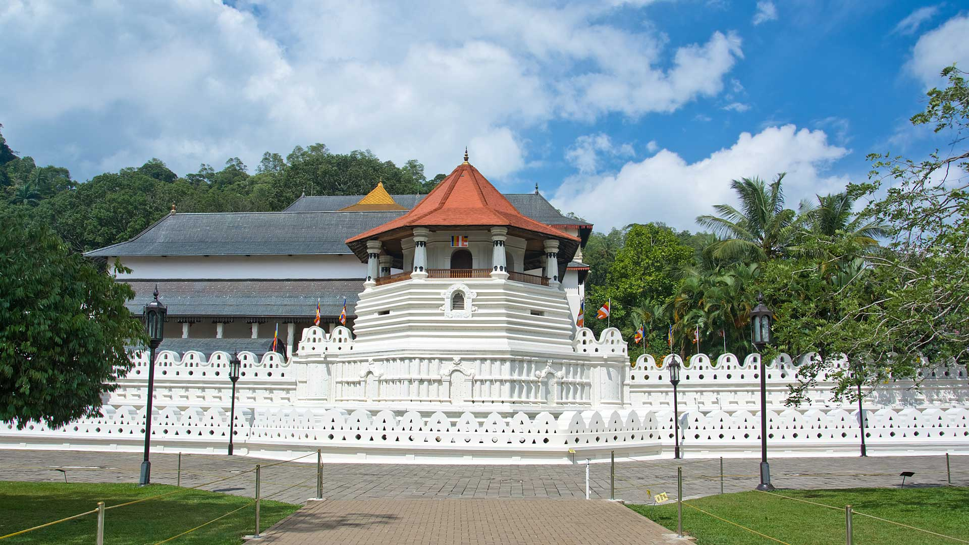 Temple-Of-The-Sacred-Tooth-Relic-Kandy-Sri-Lanka
